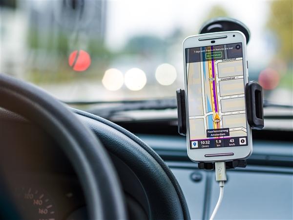 意大利发布道路安全新法规:开车玩手机罚款1.3万元 再犯吊销驾照三个月