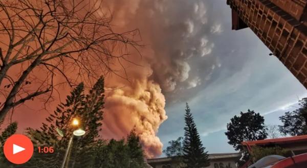 菲律宾火山爆发火山灰直冲云霄15公里 引发地震、海啸