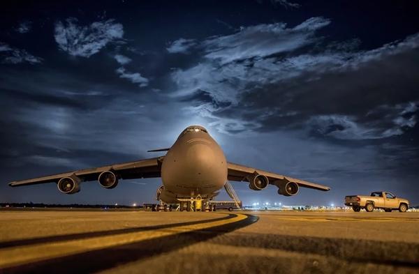世界上最大双引擎喷气客机波音777X首飞成功 在波音机场降落