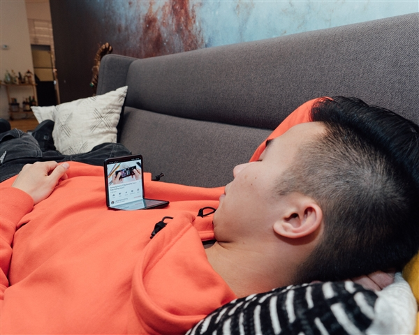 三星Galaxy Z Flip新玩法!网友躺着放在胸上观看视频