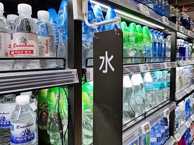 饮料市场可谓创意无穷 瓶装水卖的是水还是瓶?