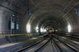 中老铁路铺轨通过第一座隧道 500米长钢轨随着牵引机稳准落定