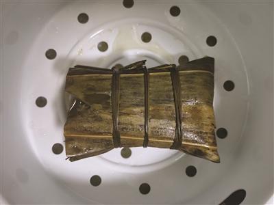"""网红款 吃的是实惠而不是噱头 今年""""端午新贵""""是加长版蛋黄肉粽"""