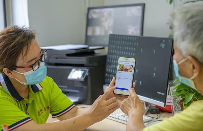 """饿了么搭建首个专门服务老年人手机点餐的""""数字助餐""""模式"""